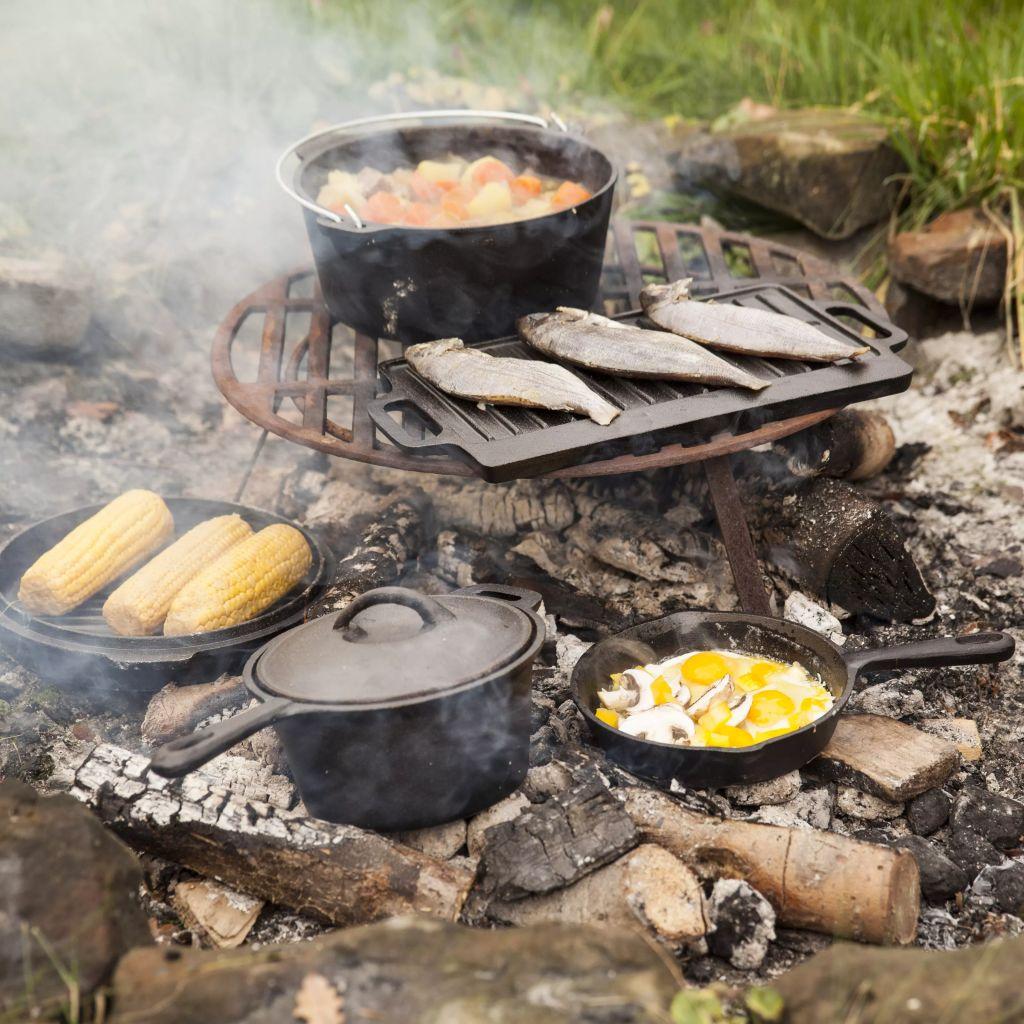 možete pripremiti najukusnije obroke uz logorsku vatru uz ovaj set za kuhanje marke Esschert Design. Set za kuhanje napravljen je od čvrstog lijevanog željeza