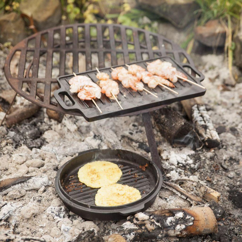1 ploču za roštilj i 1 podizač. Set se isporučuje u ukrasnom drvenom sanduku od paulovnije s ručkama od jutenog konopca.
