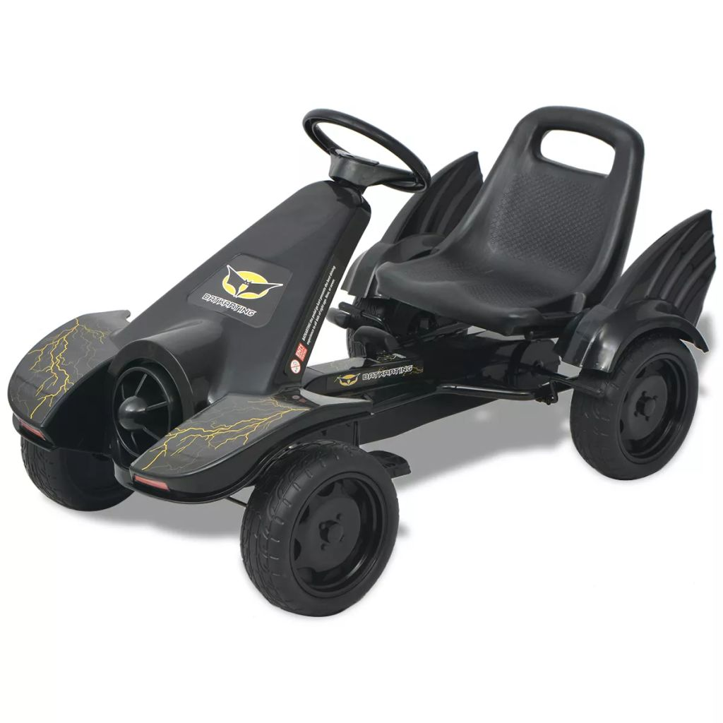 Vaša će se djeca jako zabavljati vozeći okolo ovaj go-kart s pedalama. Ovaj kart je pogodan za djecu od 3 godine i više.Opremljen je podesivim sjedalom sa naslonom što olakšava vožnju vašoj djeci. Kart se može voziti naprijed i natrag. PVC kotači spriječavaju proklizavanje a kart je opremljen ručnom kočnicom i ručicom mjenjača.