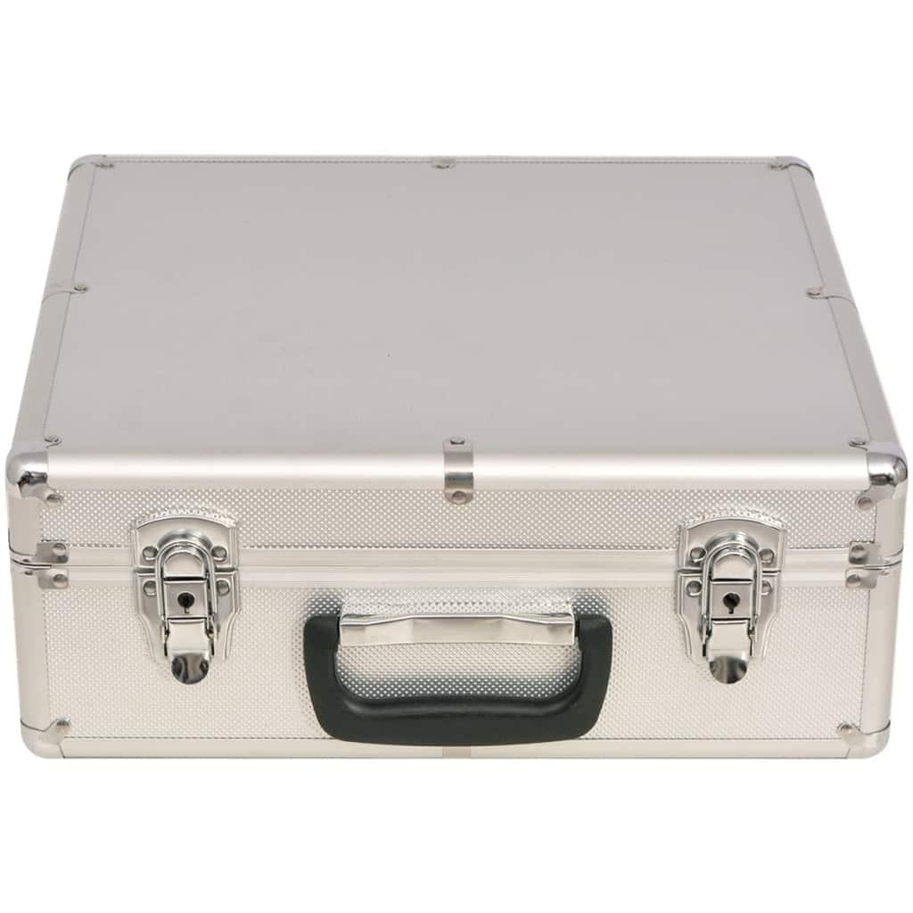 1 big blind oznaku i 600 laserskih žetona. Isporučuje se u luksuznom aluminijskom koferu.