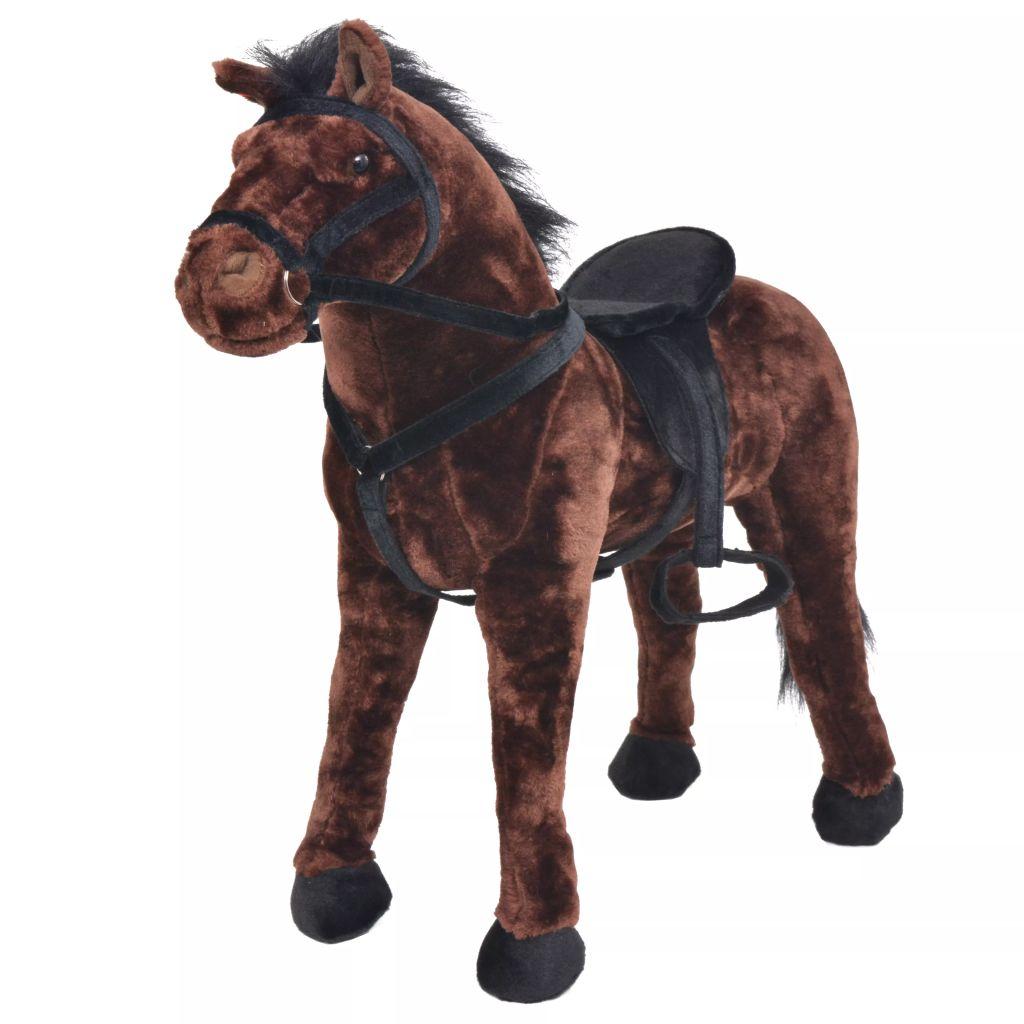 Vrijeme za igru bit će puno zabavnije s ovim vjerodostojnim plišanim konjićem na kojeg se može sjesti! Ova mekana i mazna igračka konjića s detaljnim karakteristikama sastoji se od čvrstog čeličnog okvira i visokokvalitetne plišane tkanine. Igračka ima nosivost do 100 kg