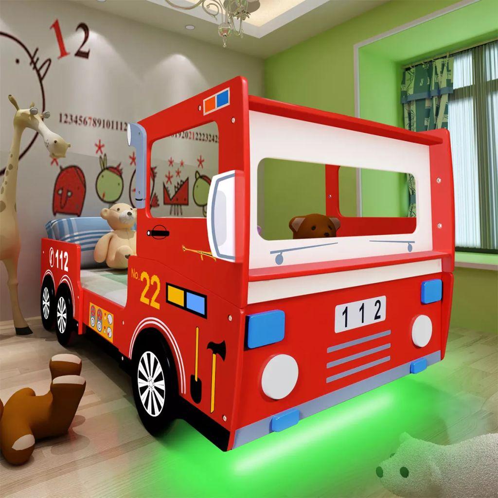 Ovaj dječji krevet žarkih boja sa zanimljivim dizajnom u obliku vatrogasnog vozila privlačit će pažnju u sobi vašeg djeteta! Krevet se isporučuje s udobnim madracem i opremljen je LED trakom koja mijenja boje i stvara zadivljujući svjetlosni efekt. Ovaj zabavni krevet izrađen je od visokokvalitetnog MDF-a i ima čvrstu drvenu podnicu