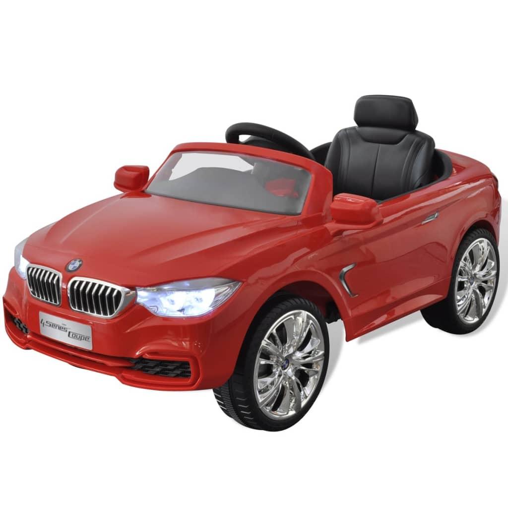 BMW dizajna je realistična i sigurna igračka za djecu. Autić reproducira 6 melodija koje su aktivirane tipkama na upravljaču. Može čak i reproducirati glazbu spajanjem MP3 uređaja ili mobitela. Autić ima također zvuk motora i može čak trubiti da bi imitirao pravi automobil. Uključeni daljinski upravljač vam omogućava kontrolu autića i da biste se pridružili zabavi. Zahvaljujući izdržljivoj plastičnoj konstrukciji ovaj autić kojim se može lako upravljati ima nosivost do 30 kg a pogodan je za djecu između 3 - 6 godina. Stabilna baza s 4 kotača omogućuje jednostavan pristup. Napominjemo da su za daljinski upravljač potrebne 3 AA baterije koje nisu uključene u isporuku. Preporučuje se korištenje vozila na privatnim posjedima i samo uz dozvolu vlasnika. U suprotnom bi moglo doći do nesreća i/ili ozbiljnih ozljeda.