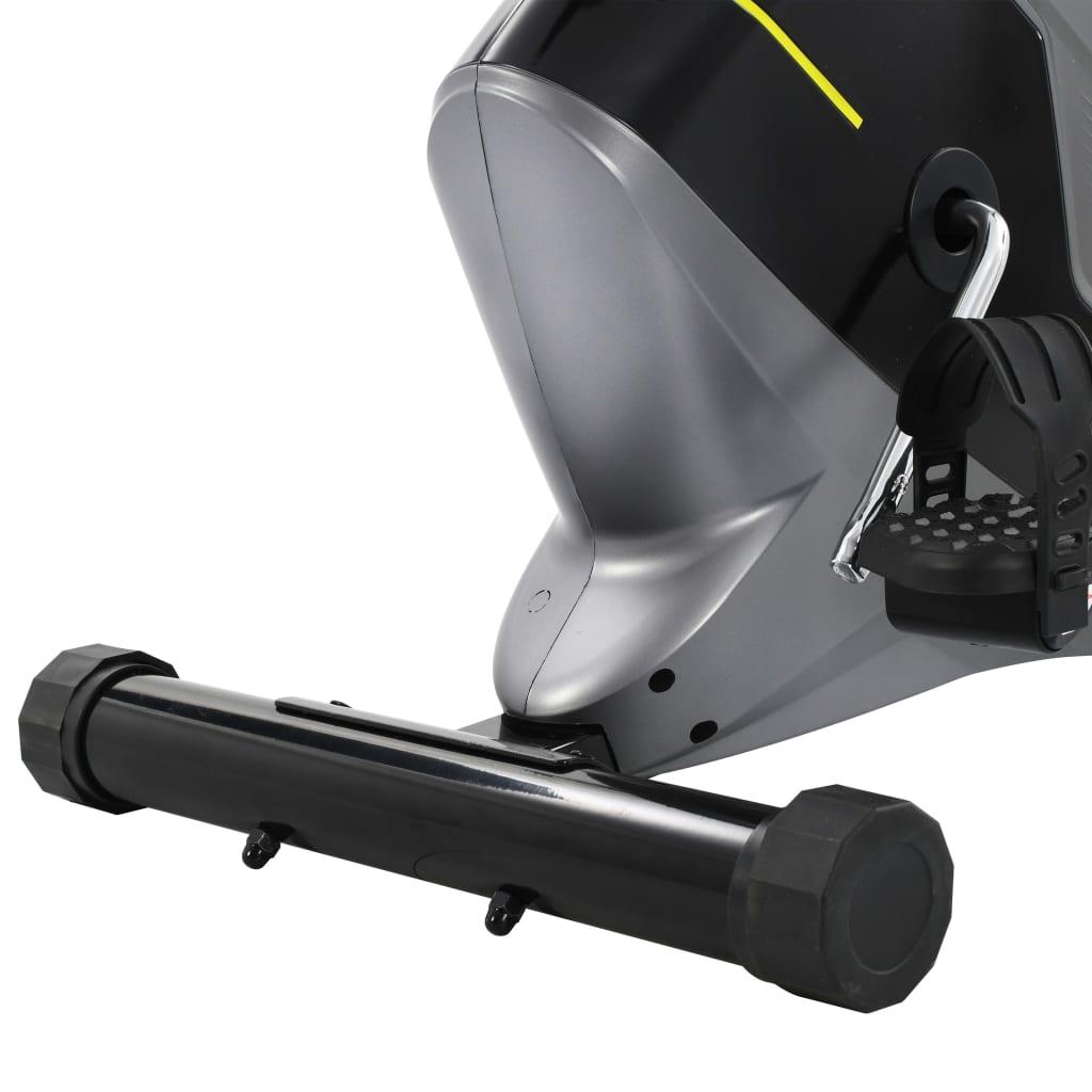 tako da možete upotrebljavati tablet ili gledati film tijekom vježbanja. Bicikl za vježbanje ergonomski je dizajniran. Sjedalo se može vodoravno podesiti. Protuklizeće pedale omogućuju optimalan prijenos snage s nogu na pedale. Trake pedala spriječit će slučajno iskliznuće stopala s pedala. Magnetni sustav otpora i precizno uravnotežen zamašnjak slobodni su od trenja radi glatkog i tihog rada bez potrebe za održavanjem. Transportni valjci u bazi olakšavaju premještanje ergometra. Ovu kardio opremu potrebno je sastaviti.