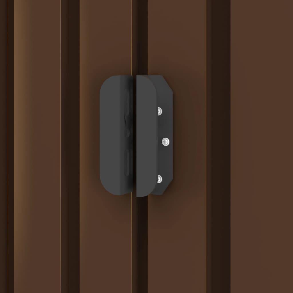 što osigurava izvrsno prozračivanje i smanjuje nakupljanje vlage i mirisa u kućici. Dvostruka klizna vrata s prednje strane omogućuju jednostavan ulazak i izlazak. Zahvaljujući pocinčanom čeliku otpornom na koroziju