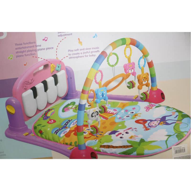 Klavir za bebe sa zvečkom i tepihom za igru, doprinosi razvoju motorike i zapažanja.